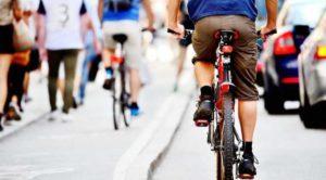 Modificări la Codul Rutier: depăşirea bicicliştilor, la cel puţin 1,5 metri în lateral